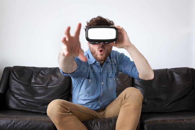 Bärande virtuell verklighetskyddsglasögon för man royaltyfria foton