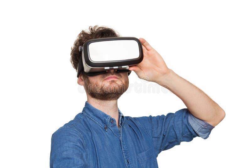 Bärande virtuell verklighetskyddsglasögon för man arkivbilder