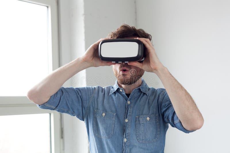 Bärande virtuell verklighetskyddsglasögon för man fotografering för bildbyråer