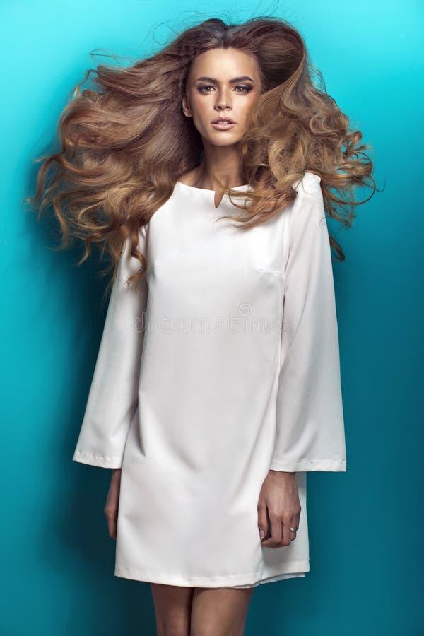 Bärande vit klänning för blond skönhet arkivbild