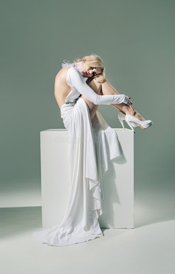 Bärande vit klänning för halv näck kvinna royaltyfri bild