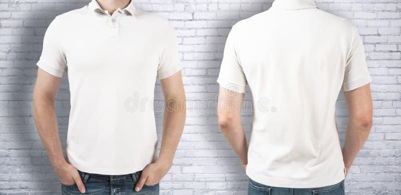 Bärande vit skjorta för man arkivbild