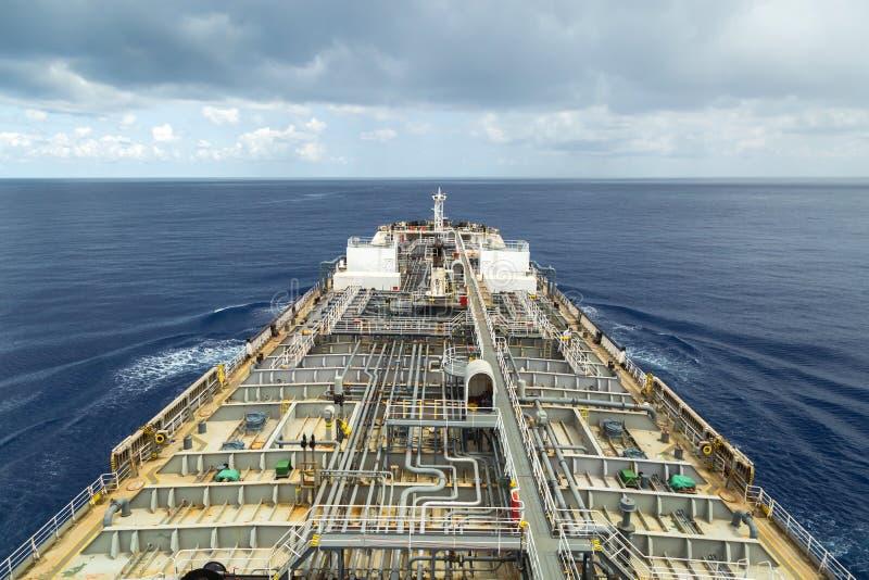Bärare för oljaprodukt som är kommande på havet under molnig himmel royaltyfri foto