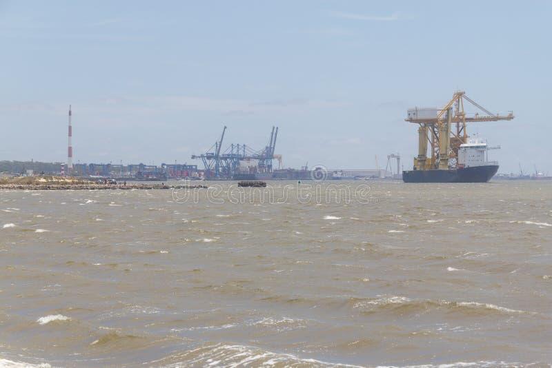 BÄRAREskepp för TUNG PÅFYLLNING med Rio Grande Port i bakgrund royaltyfria foton