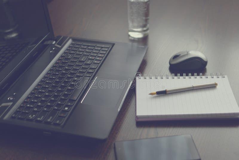 Bärbar dator anteckningsbok och skrivar royaltyfri fotografi