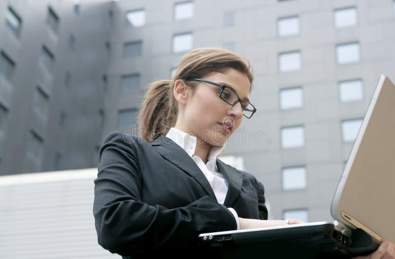 bärbar dator för affärskvinnastadsdator royaltyfria foton