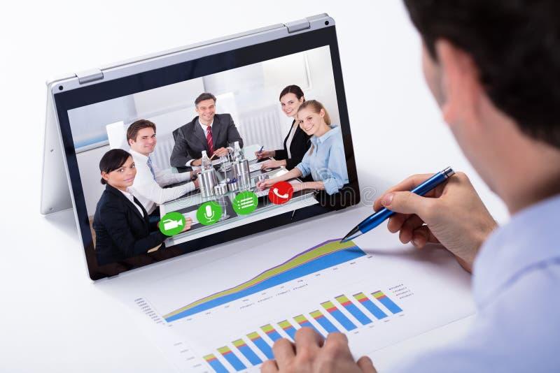 Bärbar dator för affärsmanVideo Conferencing On bland royaltyfria foton