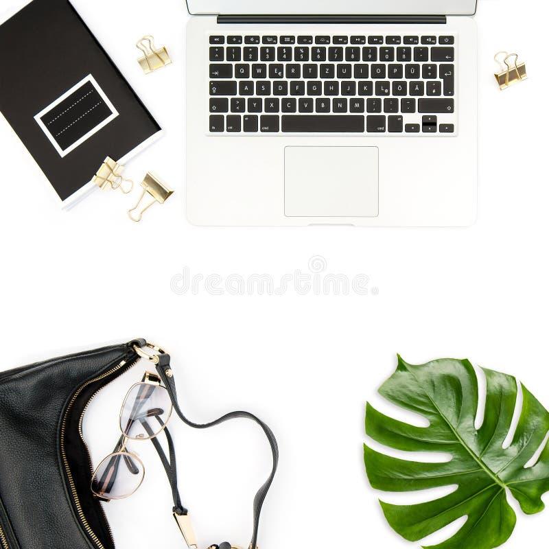 Bärbar dator för blad för gräsplan för anteckningsbok för skrivbord för kontor för modelägenhet lekmanna- royaltyfria bilder