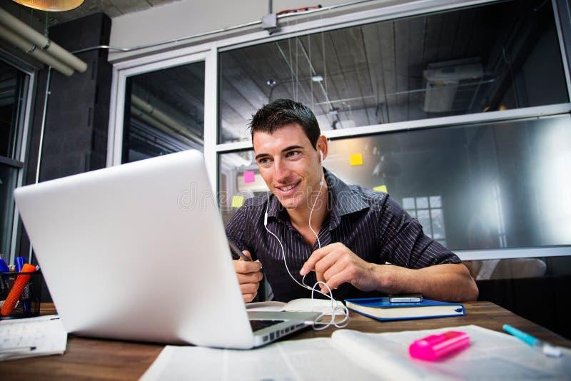 Bärbar dator för dator för bruk för affärsfolk arkivbild