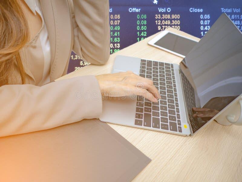 Bärbar dator för bruk för hand för affärskvinnor för handel i aktiemarknad royaltyfri fotografi