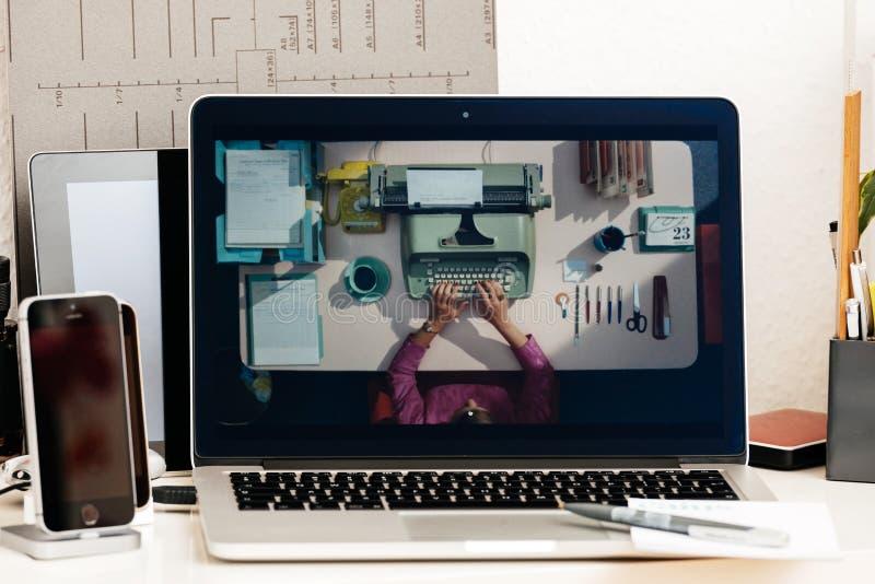 Bärbar dator för evolution för presentation för Macbook pro-handlagstång royaltyfri fotografi