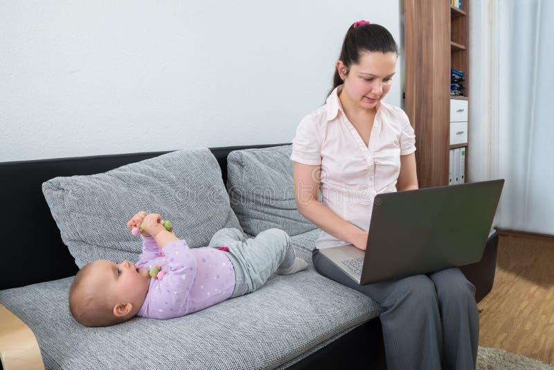 bärbar dator genom att använda kvinnan arkivbild