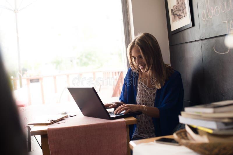 bärbar dator genom att använda kvinnan arkivfoton