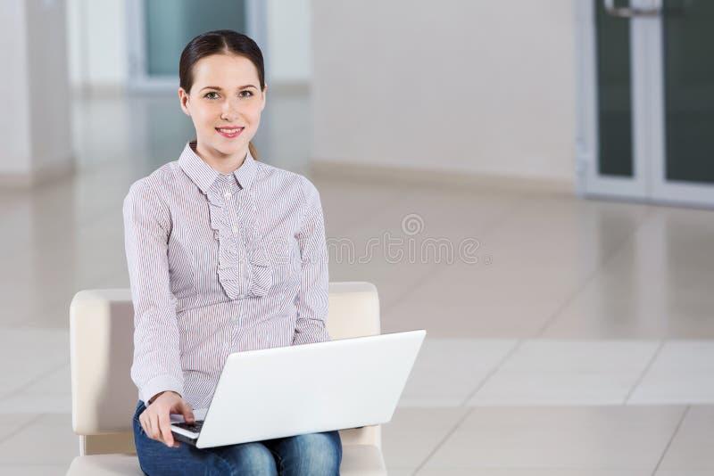 bärbar dator genom att använda kvinnan arkivfoto