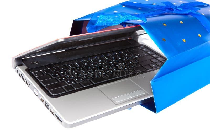 Bärbar dator i en gåvapacke royaltyfri bild
