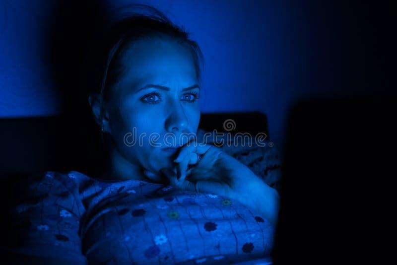 Bärbar dator i natt arkivfoto