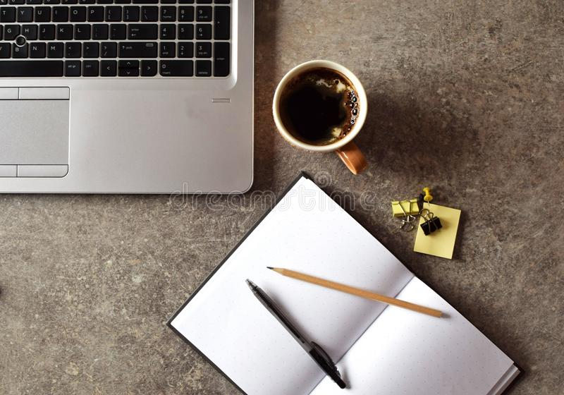 Bärbar dator kaffekopp, gem, anteckningsbok, penna på tabellen arkivfoton
