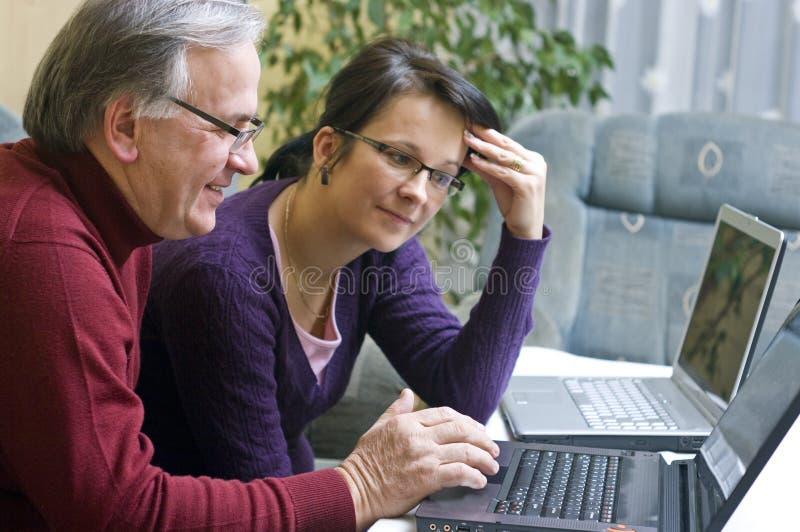bärbar dator man genom att använda kvinnan arkivfoton