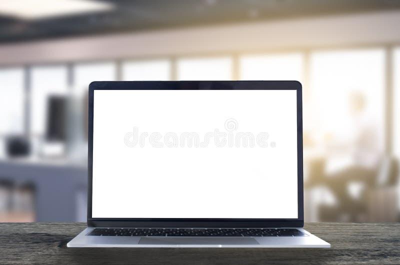 Bärbar dator med den vita tomma skärmen på trätabellen i internet c fotografering för bildbyråer