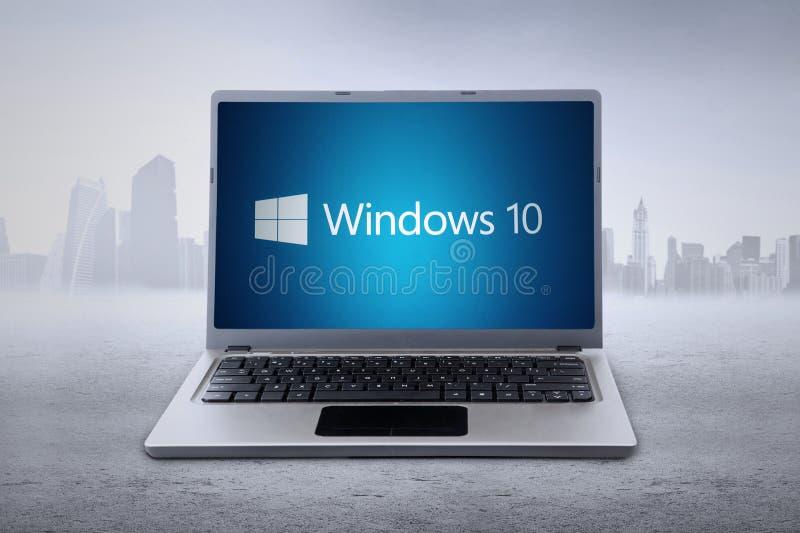 Bärbar dator med den Windows 10 logoen royaltyfria foton
