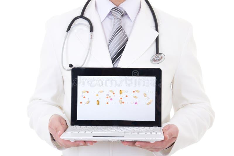 Bärbar dator med ordspänning i doktors händer som isoleras på vit royaltyfri foto