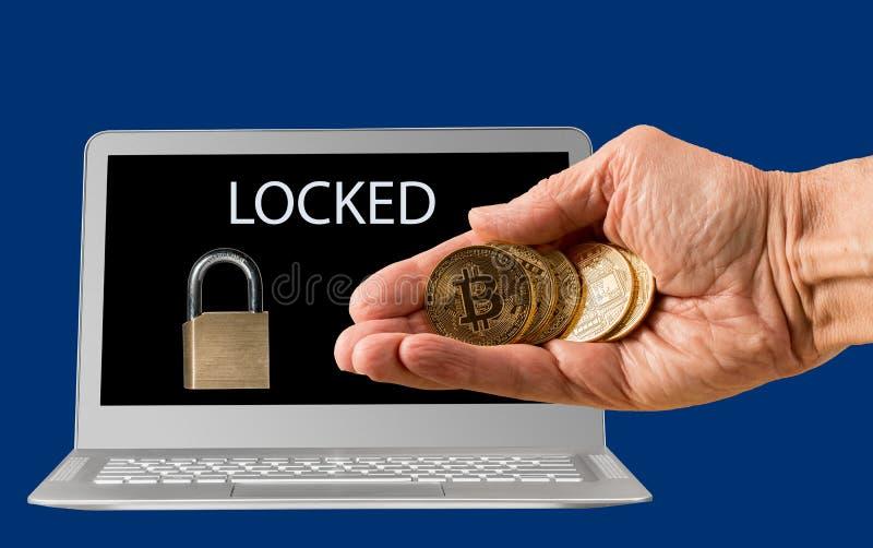 Bärbar dator med ransomware- och bitcoinbetalning royaltyfria bilder