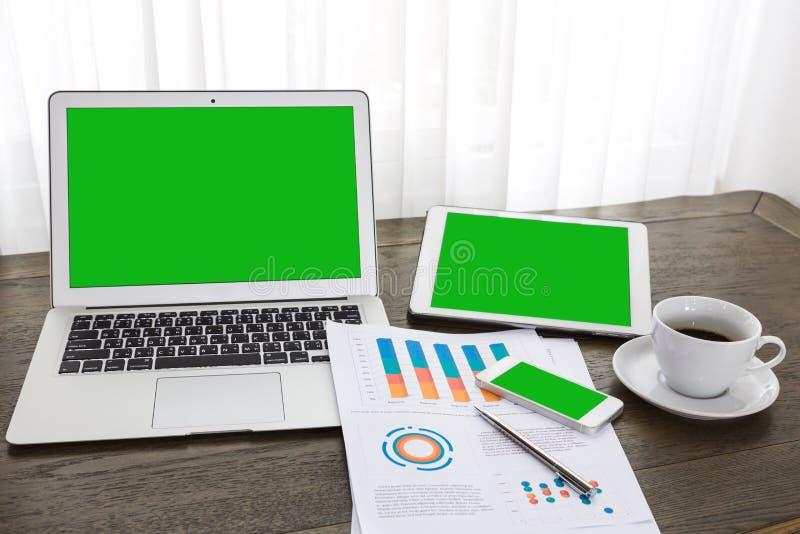Bärbar dator minnestavla, smartphone med finansiella finansiella dokument arkivfoton