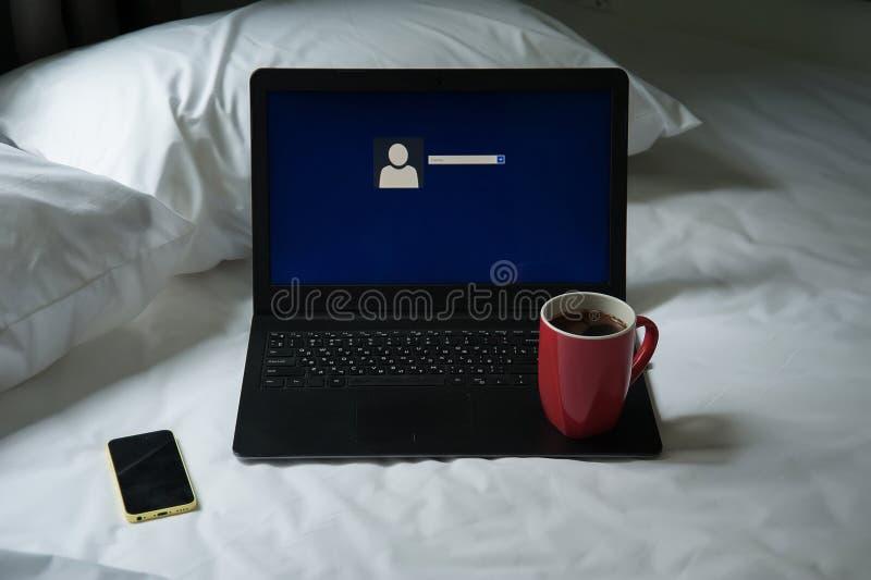 Bärbar dator, mobiltelefon och en kopp kaffe arkivbild