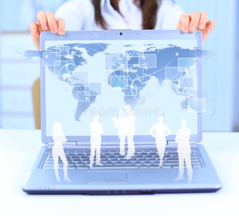 Bärbar dator och affärsperson royaltyfria foton