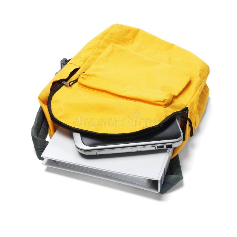 Bärbar dator och mapp i ryggsäck royaltyfria foton