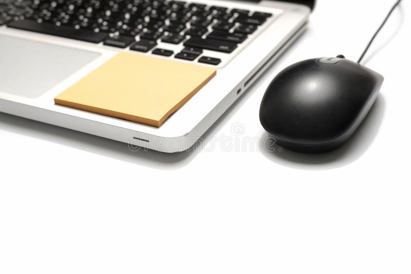 Bärbar dator och mus med den klibbiga anmärkningen royaltyfri foto