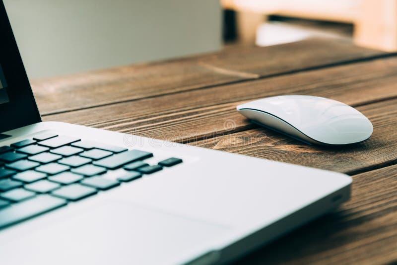 Bärbar dator på skrivbordet arkivfoton