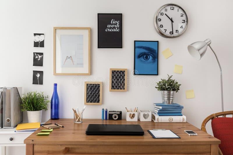 Bärbar dator på skrivbordet arkivbilder