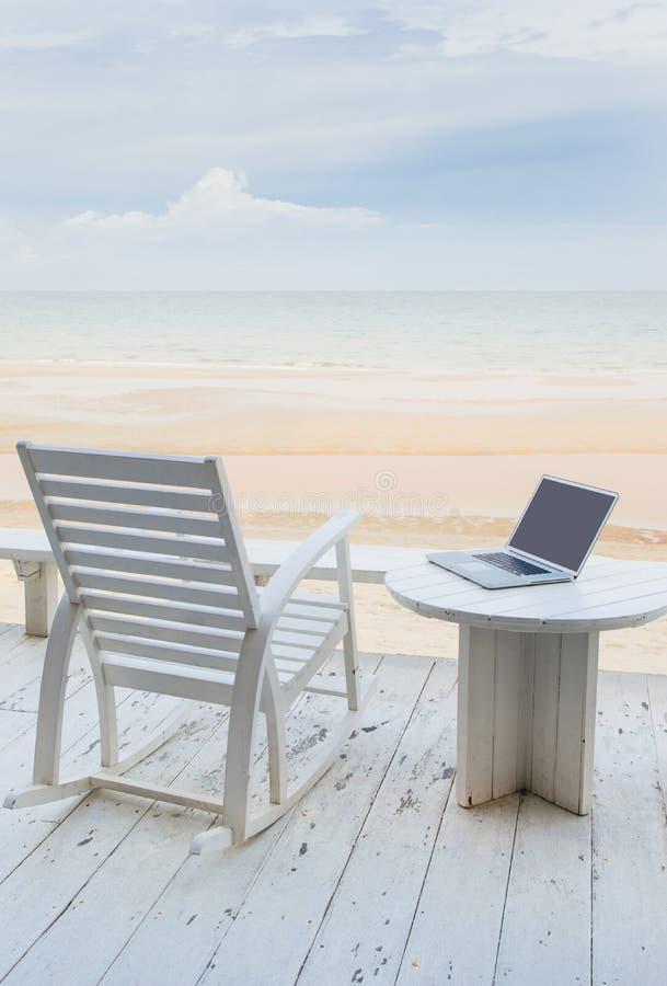 Bärbar dator på stranden royaltyfri foto