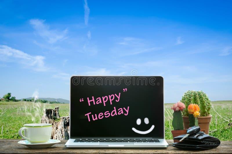 Bärbar dator på trätabellen, lyckliga tisdag royaltyfri bild