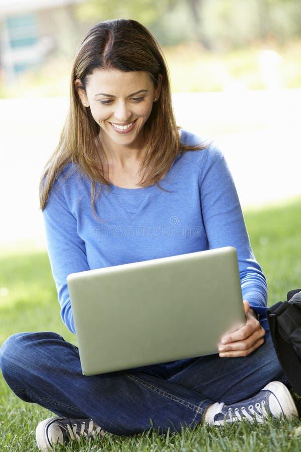 bärbar dator som använder utomhus kvinnan arkivfoton