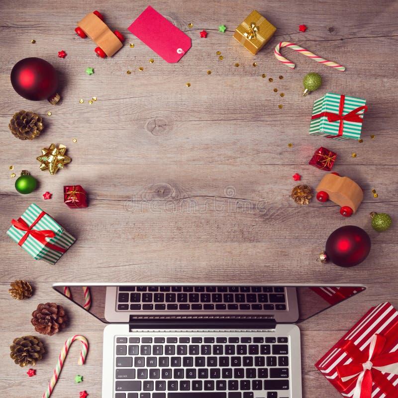 Bärbar datordator med julpynt på träbakgrund Jul förlöjligar upp mall ovanför sikt royaltyfri foto