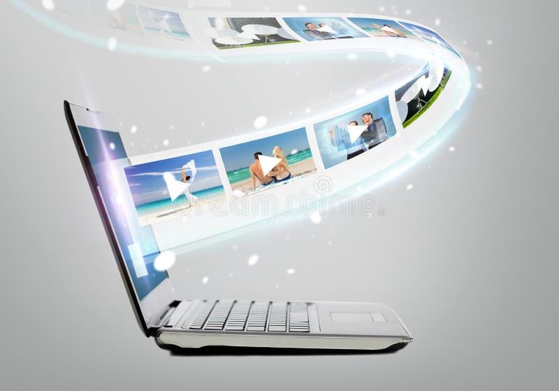 Bärbar datordator med video på skärmen arkivbild