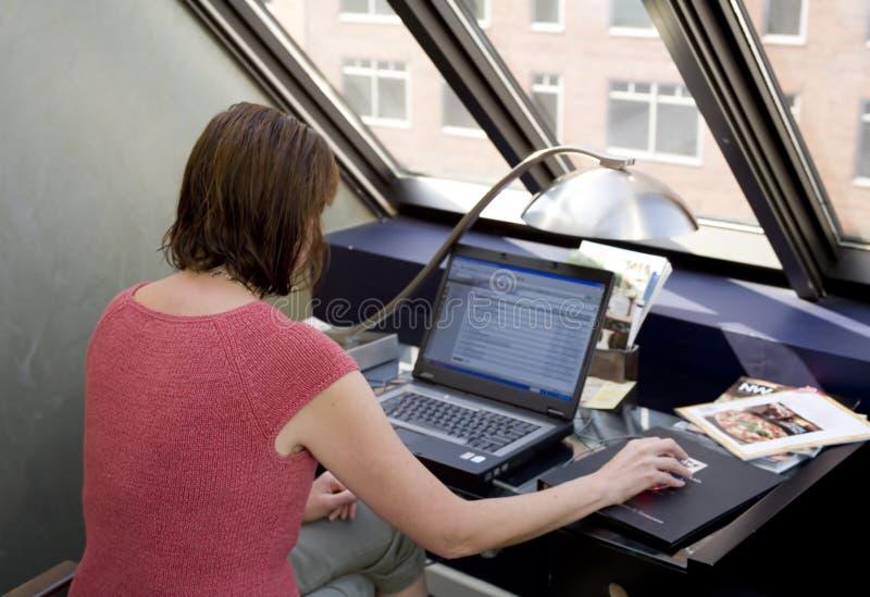 bärbar datorfotomateriel genom att använda kvinnan arkivbild