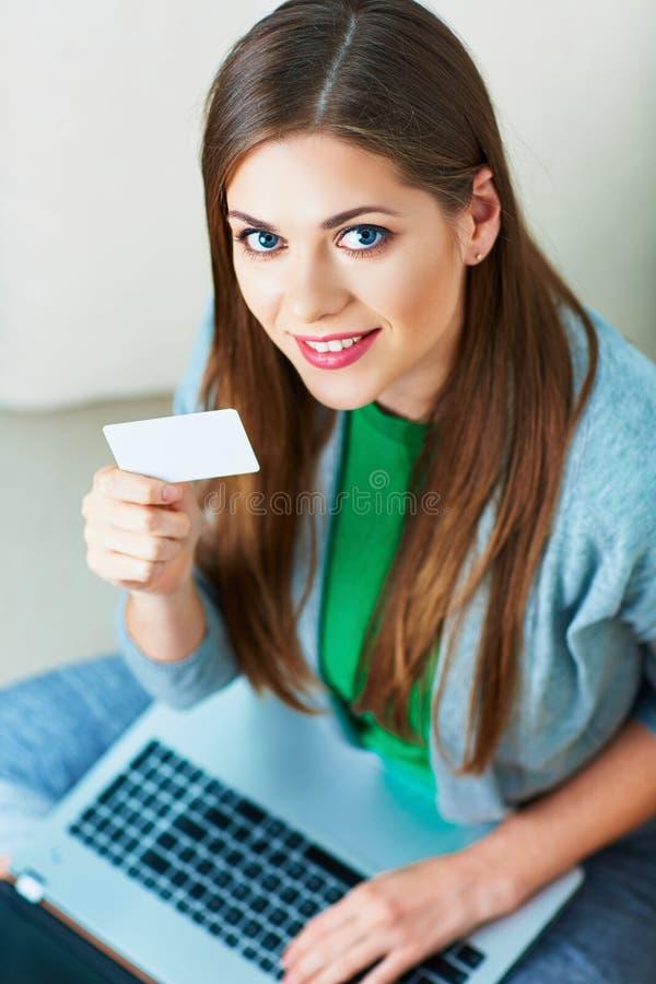 bärbar datorkvinna abstrakt blått kortkrediteringsfoto Sändning på soffan royaltyfri foto