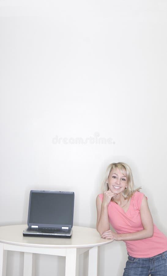 bärbar datorkvinnabarn fotografering för bildbyråer