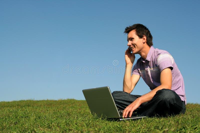 bärbar datorman som använder utomhus royaltyfria foton