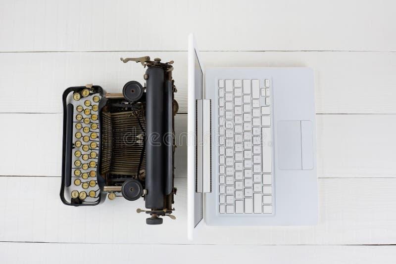 bärbar datorskrivmaskin royaltyfri fotografi