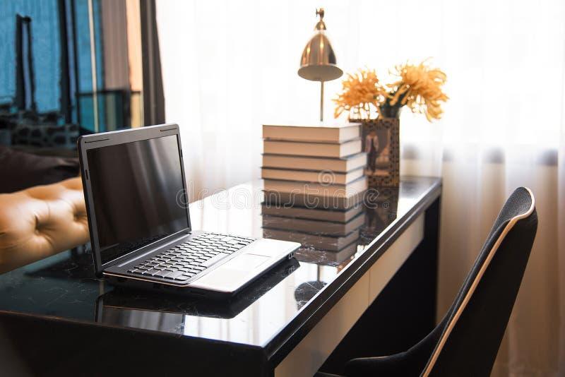 bärbar datortabell royaltyfria foton