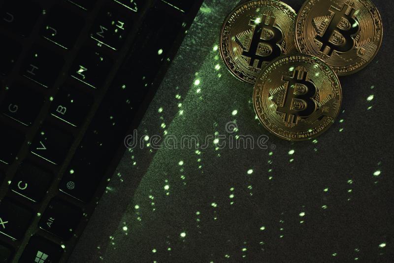 Bärbar datortangentbord med bitcoin fotografering för bildbyråer