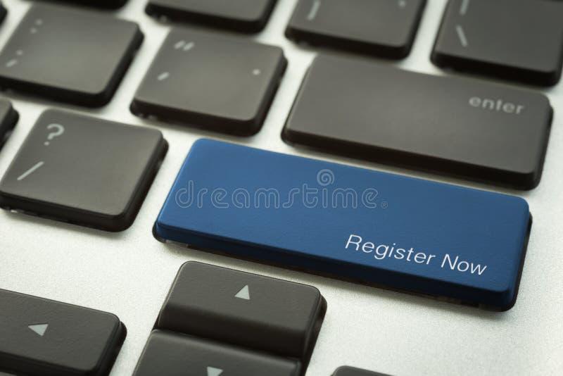 Bärbar datortangentbordet med det typografiska REGISTRET knäppas NU arkivbild
