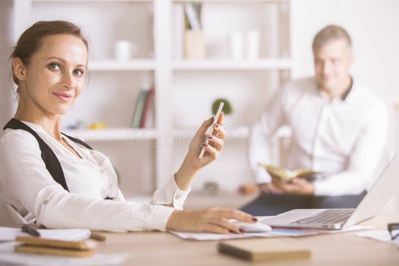 bärbar datortelefon genom att använda kvinnan royaltyfri bild