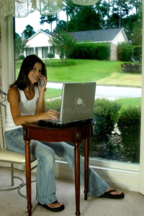bärbar datortelefonkvinna arkivbilder
