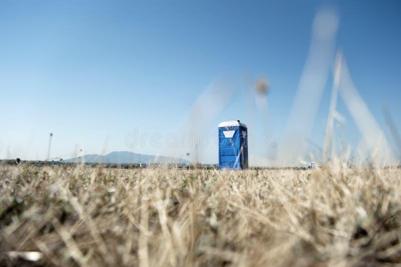Bärbar toilettekabin fotografering för bildbyråer
