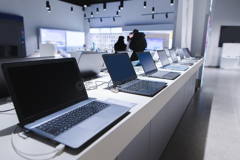 Bärbara datorer i ett modernt teknologilager Avdelning av datorer i elektroniklagret bärbar dator i lagret fotografering för bildbyråer